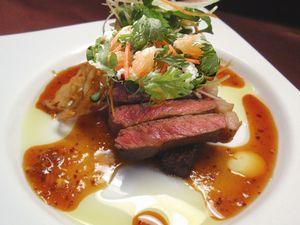 牛肉のステーキ グレープフルーツと春菊ぞえ